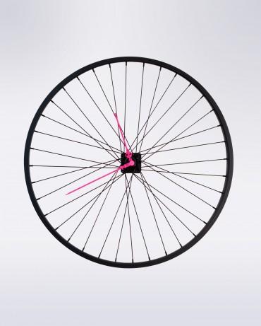 Reloj de pared Dona, fino y sexy con su diseño en negro y manillas en rosa