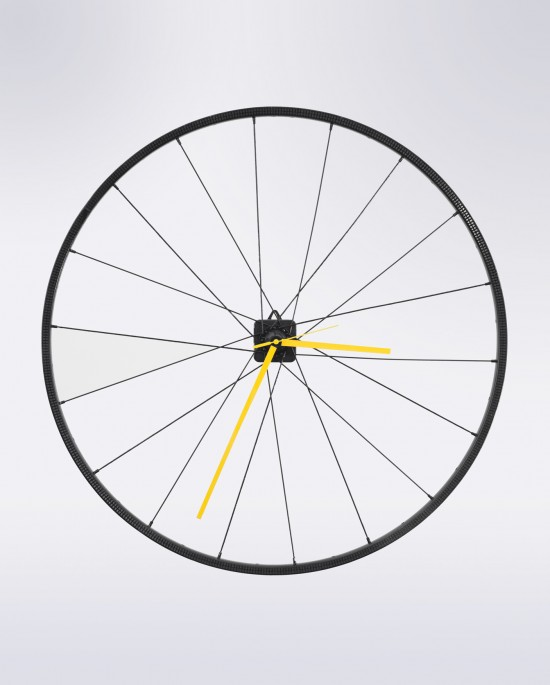 Reloj de pared hecho con rueda de bicicleta reciclada en negro y amarillo