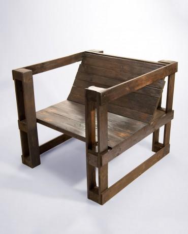 Sillón hecho con palets reciclados y de acabado industrial en madera oscura