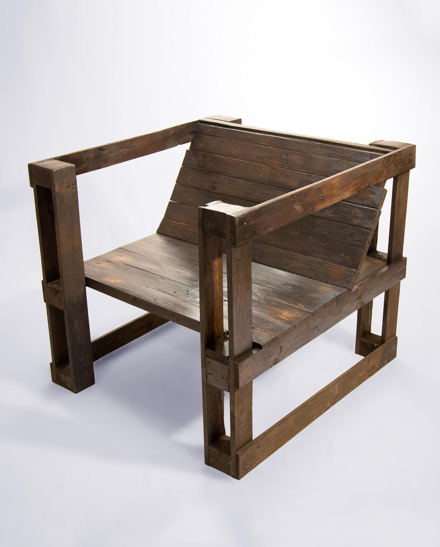 silln hecho con palets reciclados y de acabado industrial en madera oscura - Sillon De Palets