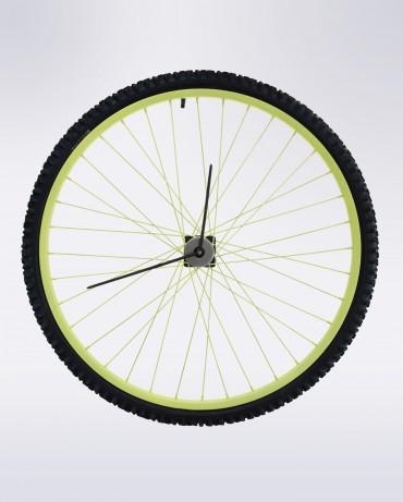 Rueda de bicicleta con goma negra, aro verde pistacho y radios finos en negro para el reloj de pared Simmons