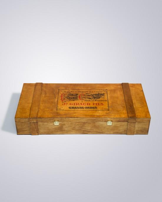 Caja de madera vintage con barniz en tono nogal