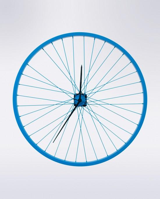 Azul en aro y radios, manecillas largas en negro. Así es el reloj de pared Lana de Torno Upcycling Muebles Reciclados