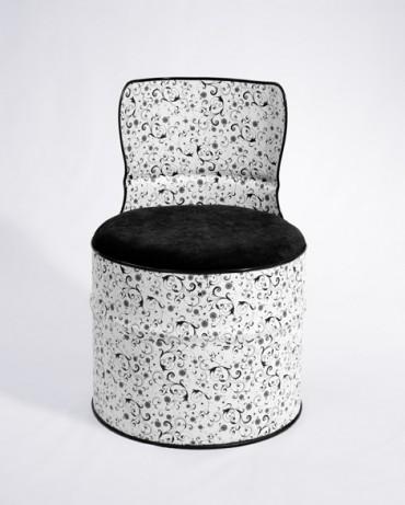 Barril metálico reciclado en butaca con estampado de flores pequeñas en tonos blanco y negro