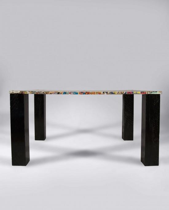 Mesa de estudio con patas de madera y superficie de metal forrada de estampado cómic