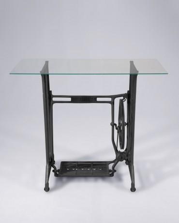 Mesa auxiliar hecha con estructura de máquina de coser a pedal Singer y base de vidrio
