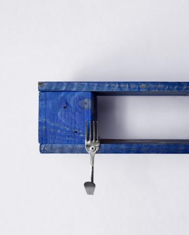 Colgador con la madera teñida de azul añil que recuerda a las casas de Chefchaouen