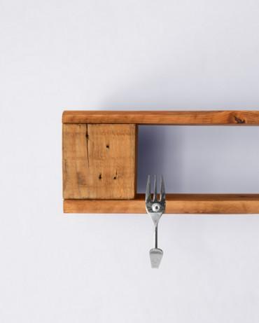 Colgador estantería hecho de madera reutilizada y tenedores