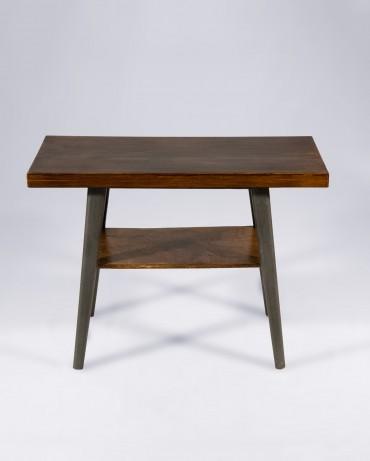 Mesa baja de dos alturas, mesa auxiliar de aire retro en madera nogal de California y detalles de forja