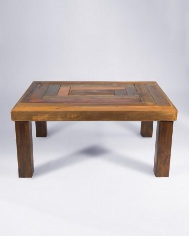 Mesa auxiliar en formato cuadrado con diseño en diferentes tintes para madera y tablones reutilizados